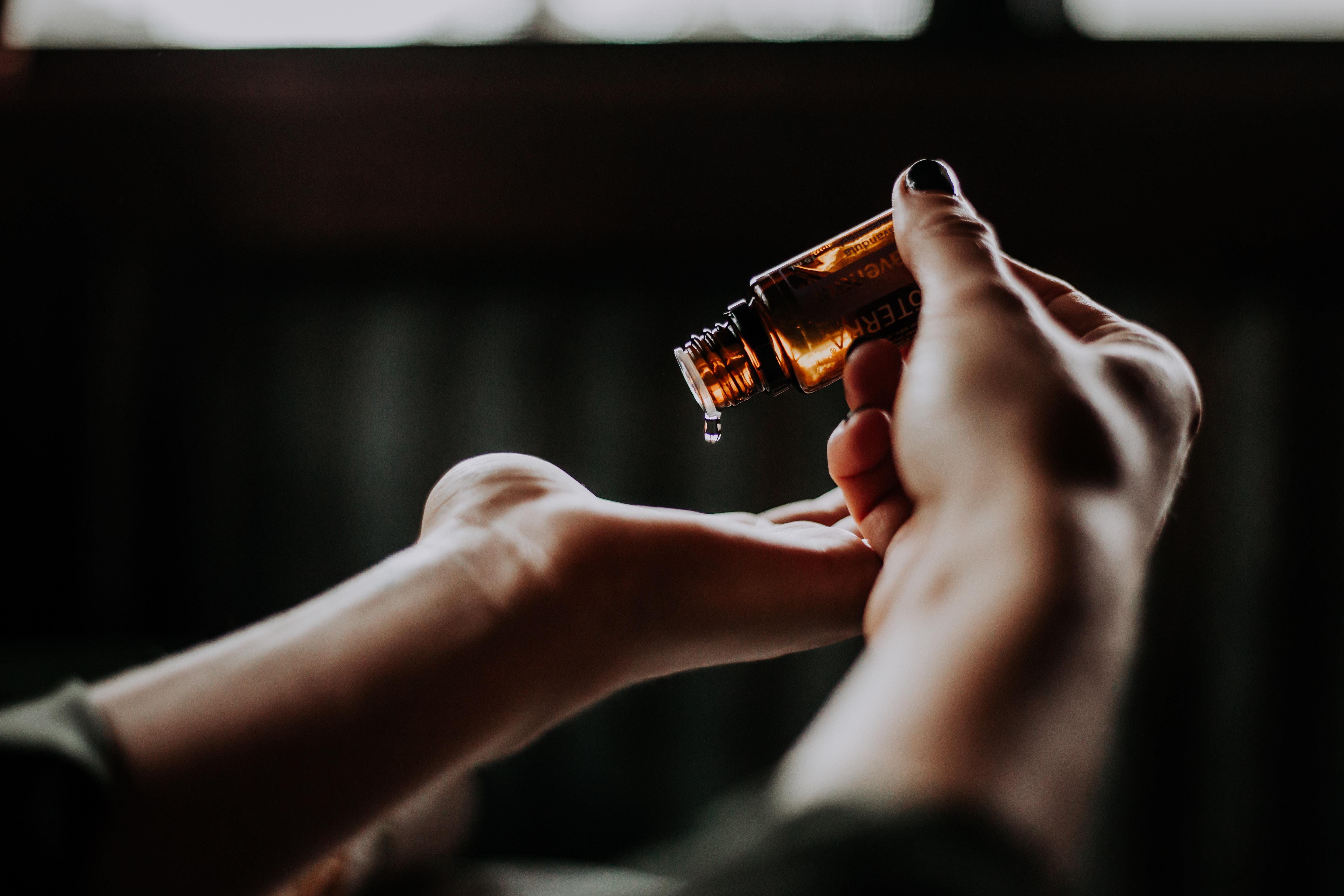 Natürliche Öle Öle erleichtern Betroffene, Pflegenden sowie Angehörigen die schwierige oder nonverbale Kommunikation im fortschreitenden Krankheitsverlauf.