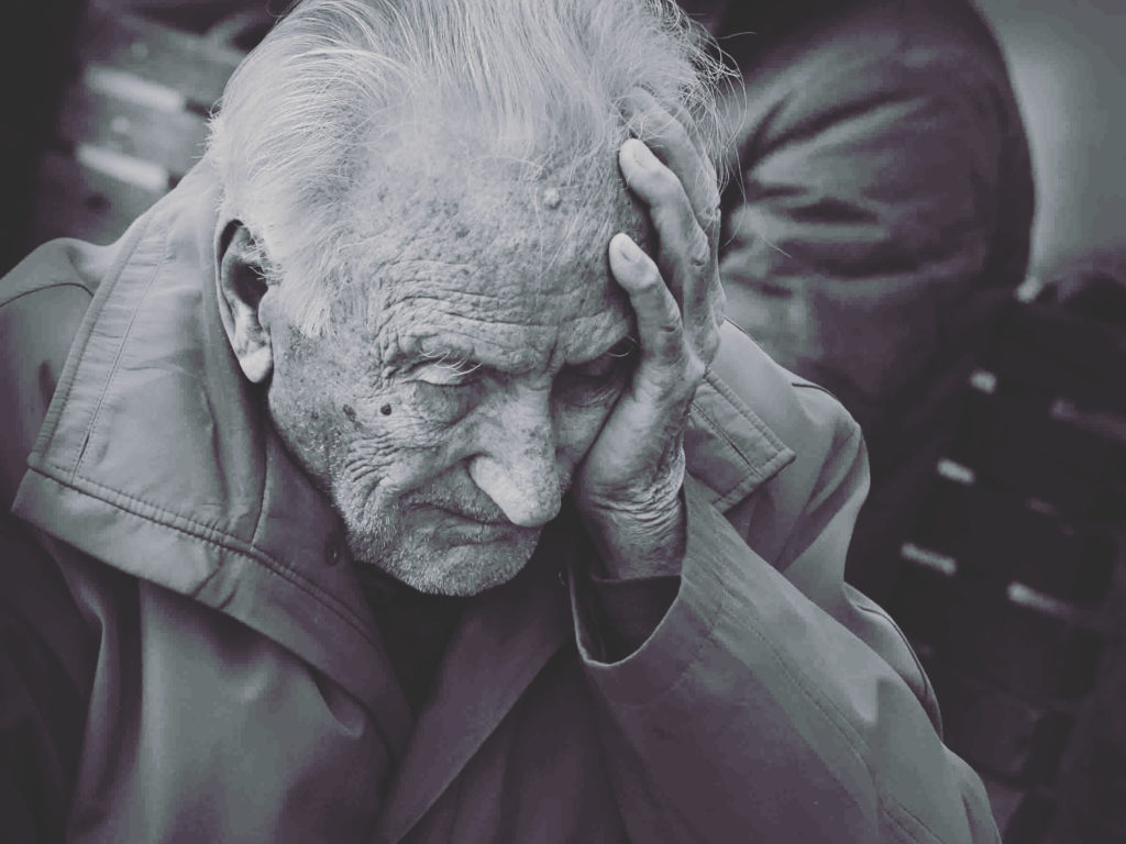 Alter Mann versucht sich an etwas zu erinnern