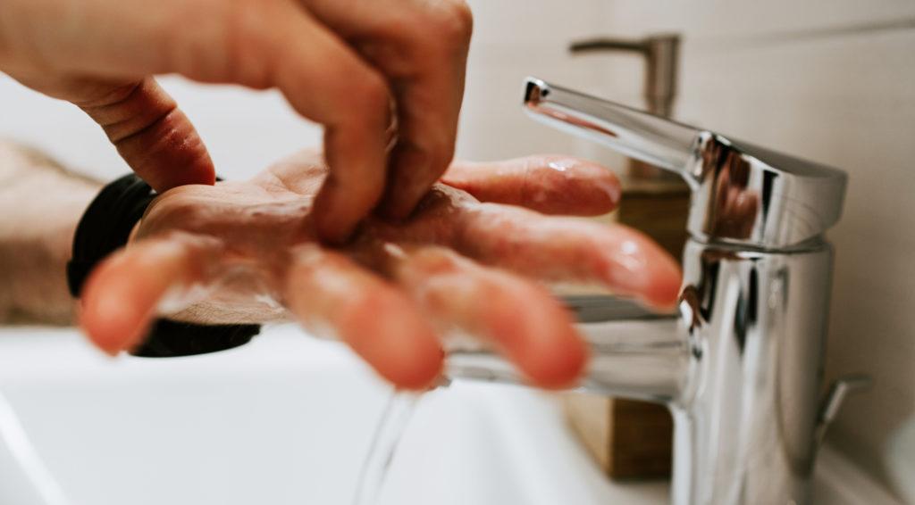 Gründliches Händewaschen beinhaltet auch das Waschen der Fingerkuppen.