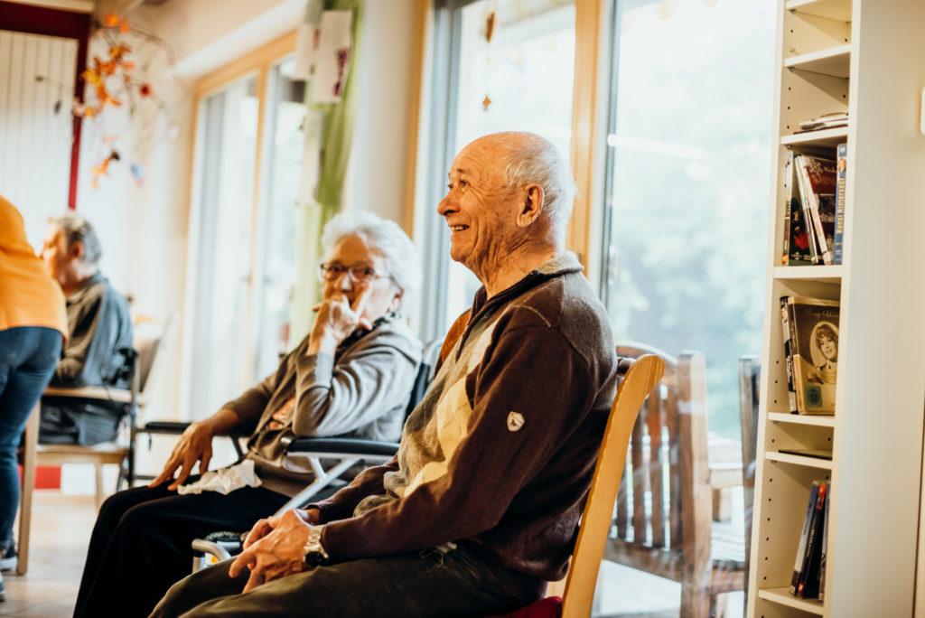 Zwei Senioren in einer Tagesbetreuung