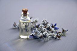 Beruhigende Öle: Lavendel, Sandelholz & Patchouli.